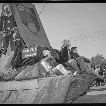 Theta Alpha Phi homecoming float, 1950