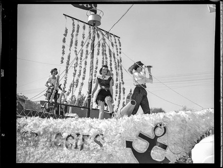 1948 Homecoming parade float featuring students dressed as pirates